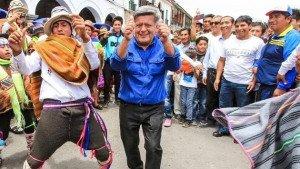 LE TIRAN HUEVOS A ACUÑA EN AYACUCHO